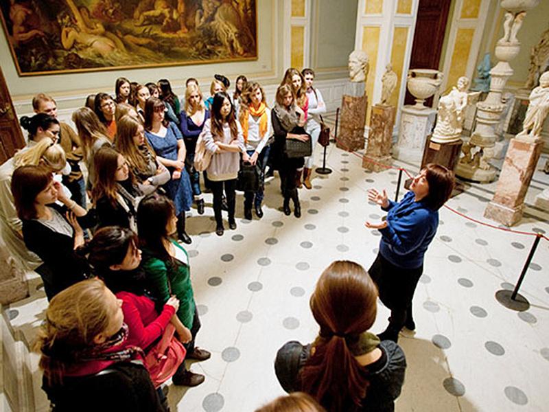 Почему люди посещают музеи на английском